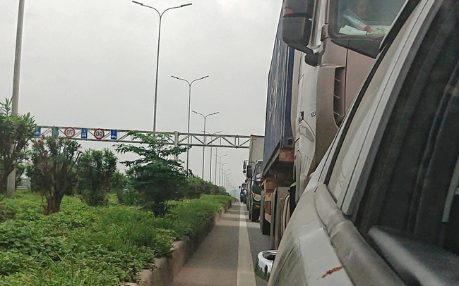 Ô tô ùn tắc hàng km trên cao tốc Hà Nội - Bắc Giang