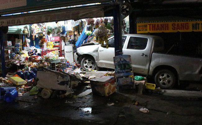 Ô tô bán tải tông xe máy rồi lao vào cửa hàng tạp hoá bên đường, 3 người trọng thương