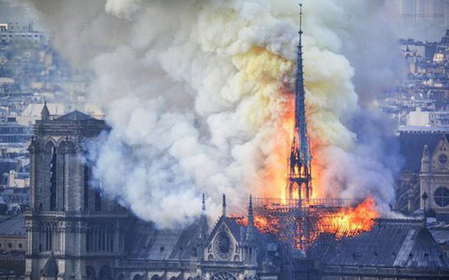 """Đọc chia sẻ của nhà báo Pháp để thấm tận cùng nỗi đau khi Nhà thờ Đức Bà bùng cháy: """"Trái tim chúng tôi rỉ máu vì Notre Dame yêu dấu"""""""
