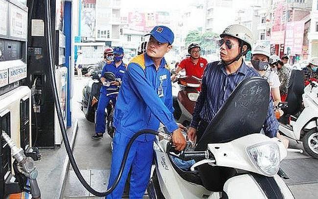Chuyên gia: Xăng dầu tăng giá 'giáng đòn' vào người dân, doanh nghiệp