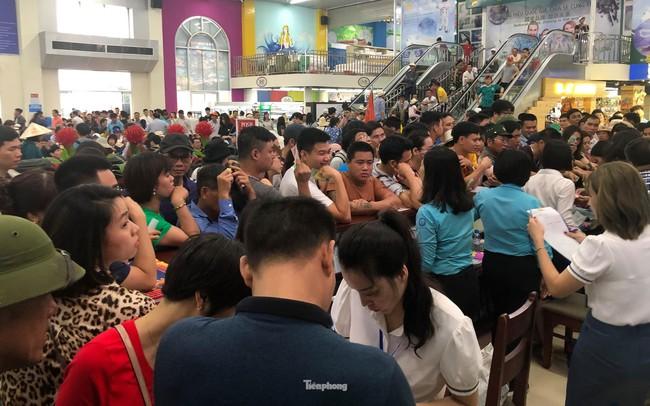 Chen chân mua vé tham quan vịnh Hạ Long bất chấp mưa tầm tã