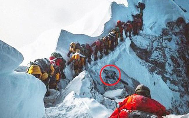 Bức ảnh mới về đỉnh núi Everest khiến nhiều người chết lặng: Trên đường theo đuổi giấc mơ, dưới đôi chân của ta lại là thi thể vô hồn của người khác