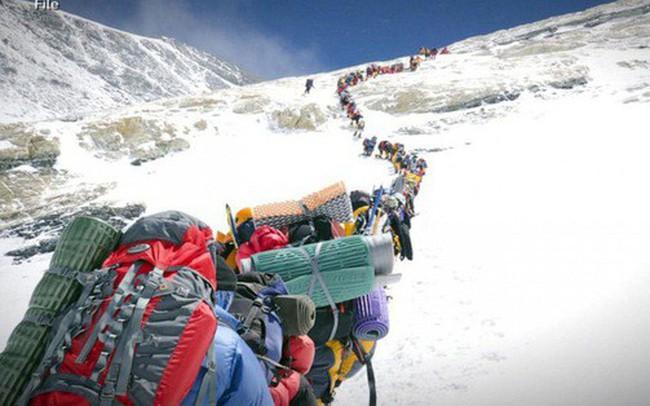 """Tắc đường đến chết ở Everest: Thỏa mãn niềm đam mê hay chỉ là """"check-in"""" cho bằng thiên hạ cùng góc khuất đáng sợ """"mạnh ai nấy sống"""""""