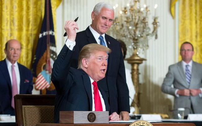 """""""Bút sa gà chết"""": Ông Trump lại làm chao đảo cộng đồng mạng bằng hành động khó hiểu"""