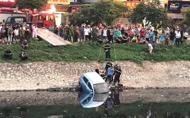 Xe ô tô bất ngờ 'tắm' sông Tô Lịch
