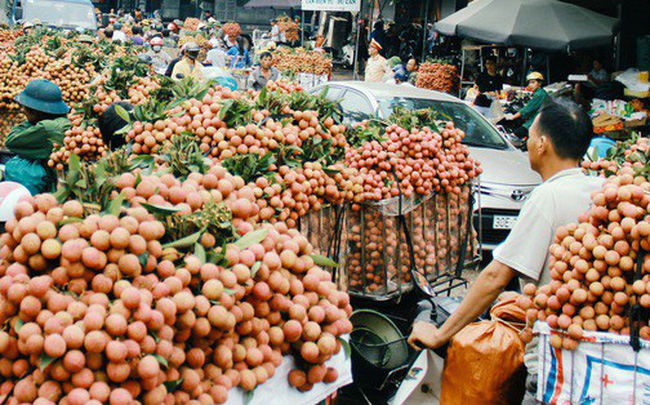 Chùm ảnh: Người dân Bắc Giang ùn ùn đi bán vải, đường phố ùn tắc hàng km