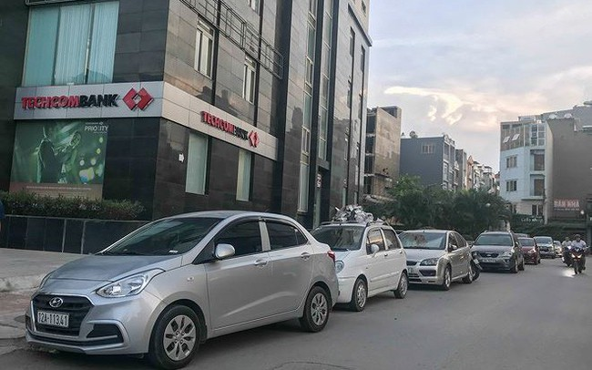 Cư dân nhà thu nhập thấp đầu tiên ở Hà Nội 'giành giật' chỗ để ô tô