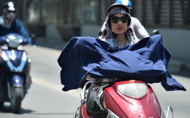 Ảnh: Người dân Thủ đô vật vã chống chọi với nắng nóng kinh hoàng trên 40 độ C, khăn mặt ướt trùm đầu trở thành vật cứu cánh