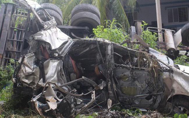 Xe cẩu và ô tô 7 chỗ rơi xuống dạ cầu, 5 người thương vong