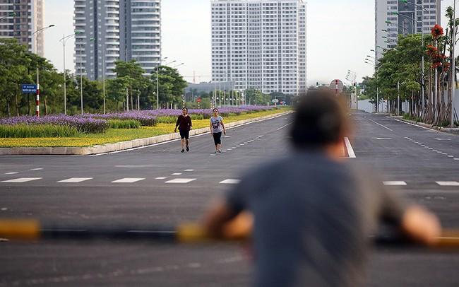 Người dân thoải mái tập thể dục buổi sáng trên con đường 8 làn sắp thông xe