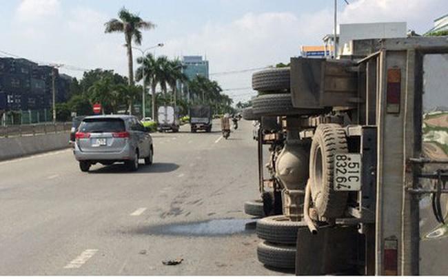 Lật xe tải, gần 3.000 lít chất tẩy rửa trôi xuống sông Đồng Nai