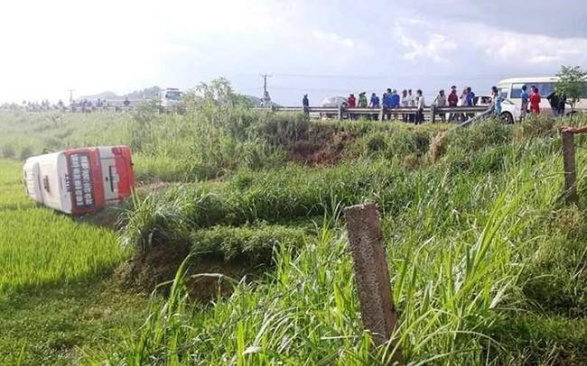 Xe buýt lao xuống ruộng rồi lật nghiêng, 4 người thương vong ở Nghệ An