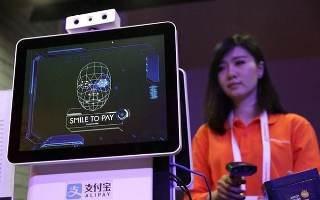 """Ở Trung Quốc, dùng smartphone quét mã QR đã trở thành """"dĩ vãng"""", giờ đây chỉ cần nhìn vào camera, mỉm cười là thanh toán xong!"""