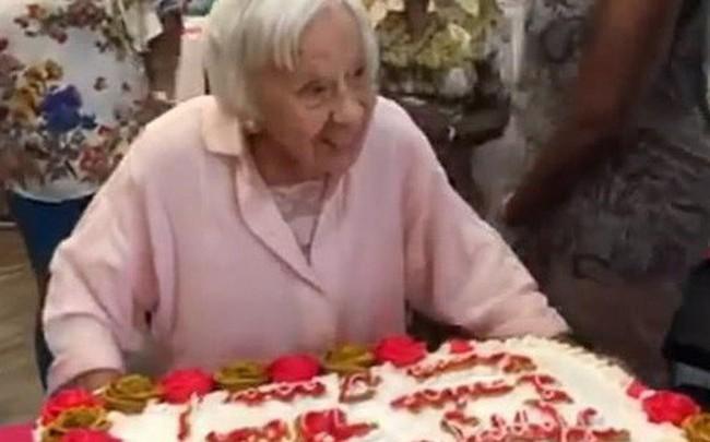 """Được hỏi bí kíp sống lâu, cụ bà 107 tuổi bật mí: """"Không bánh, không nước soda và không đàn ông""""!"""