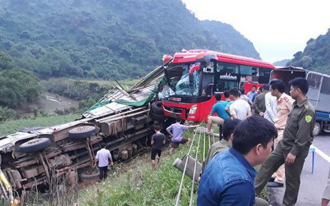 Hiện trường tai nạn xe khách giường nằm tông xe tải khiến 2 người chết, 14 người bị thương