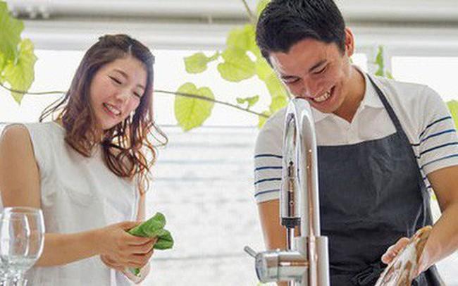 """Cuộc """"đổi ngôi"""" trong quan niệm trụ cột gia đình ở Trung Quốc: Ngày càng nhiều đàn ông chấp nhận ở nhà nội trợ chăm con toàn thời gian cho vợ đi làm"""