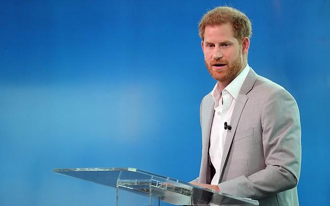 Hoàng tử Harry lên tiếng thừa nhận chuyện 4 lần sử dụng phi cơ riêng đi du lịch với vợ con và đưa ra lời giải thích ngớ ngẩn chưa từng thấy