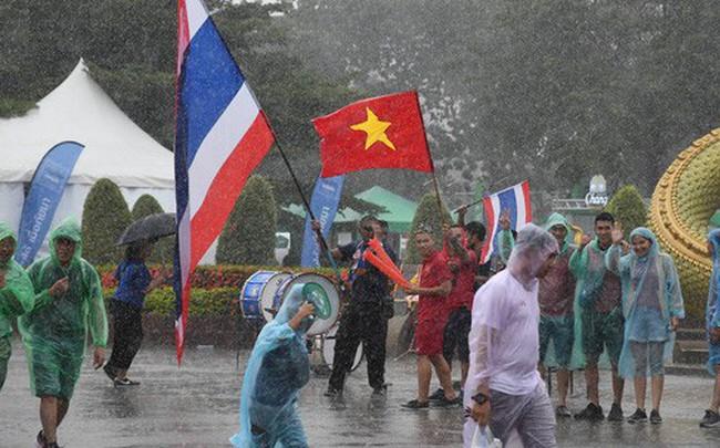 Fan cổ vũ cuồng nhiệt bất chấp mưa lớn trước trận Việt Nam đại chiến Thái Lan