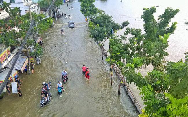 Mưa lớn kết hợp triều cường, nhiều con đường Sài Gòn thành 'sông'
