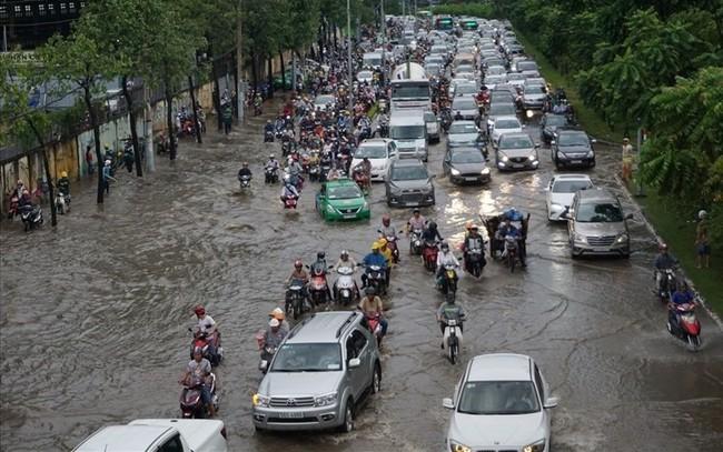 """Rào đường để """"cứu rốn ngập"""" Nguyễn Hữu Cảnh"""