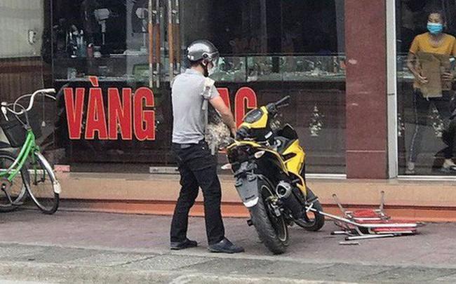 Nóng: Xác định danh tính nghi phạm mang theo súng K54 cướp tiệm vàng ở Quảng Ninh  Nóng: Xác định danh tính nghi phạm mang theo súng K54 cướp tiệm vàng ở Quảng Ninh photo1570594461003 1570594461256 crop 1570594471274983233542