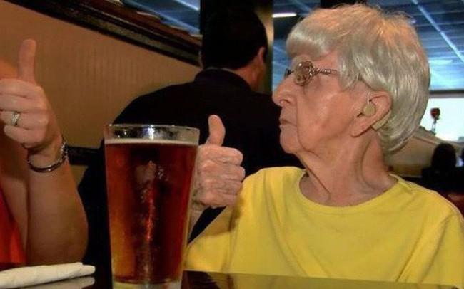 Bí quyết sống lâu độc đáo của cụ bà Mỹ 103 tuổi: Uống bia mỗi ngày
