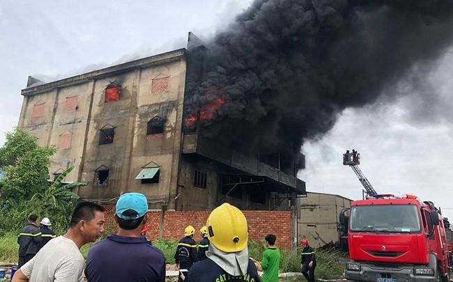 Cháy dữ dội xưởng mút xốp vùng ven TP.HCM
