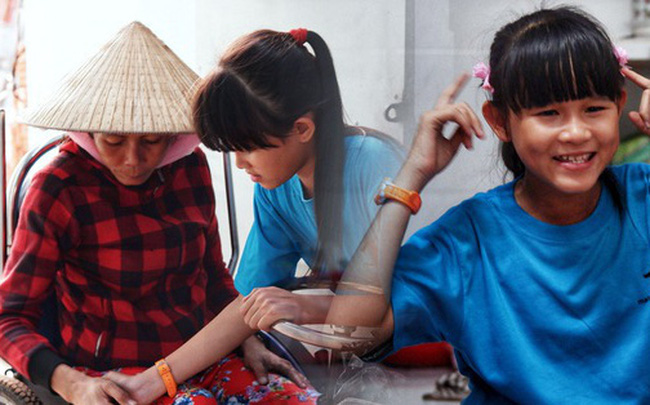 """Cô bé 12 tuổi sáng đi học, tối đẩy xe lăn cùng mẹ bán vé số ở Sài Gòn: Con ước được nghỉ bán 1 ngày để ngồi ăn cơm với ba mẹ  Cô bé 12 tuổi sáng đi học, tối đẩy xe lăn cùng mẹ bán vé số ở Sài Gòn: """"Con ước được nghỉ bán 1 ngày để ngồi ăn cơm với ba mẹ"""" photo1573263180221 1573263180585 crop 1573263398332180189672"""
