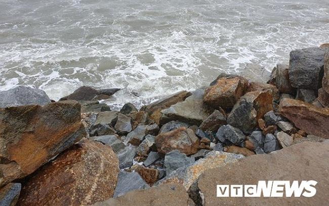Ảnh: Kè chắn sóng bị đánh tan tác, dân làng chài sơ tán tránh bão