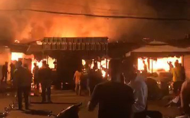 Cháy lớn làm nhiều kiốt tại chợ Phước Long bị thiêu rụi