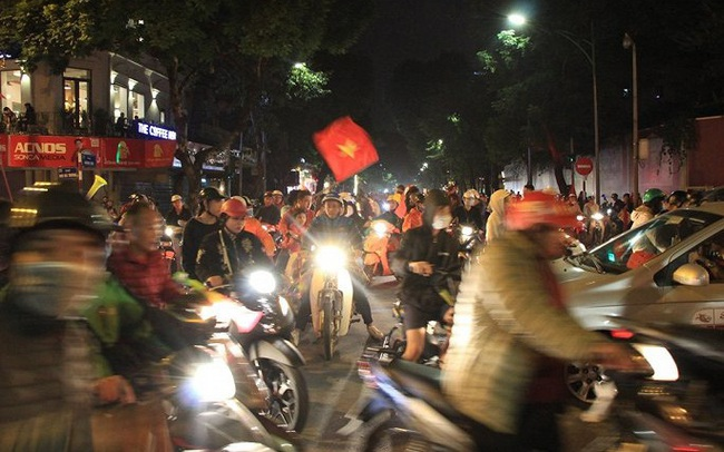 Ảnh: Vạn người đổ ra đường mừng chiến thắng của tuyển Việt Nam