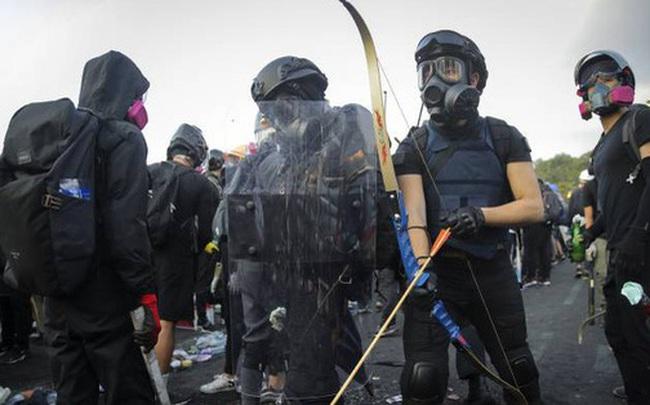 Hồng Kông hóa chiến địa: Người biểu tình cấm đường, phục kích, trường học thành trại tập huấn bắn cung, ném bom