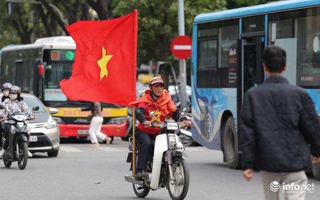 """Cổ động viên Việt Nam """"nhuộm đỏ"""" phố phường Thủ đô trước giờ bóng lăn"""