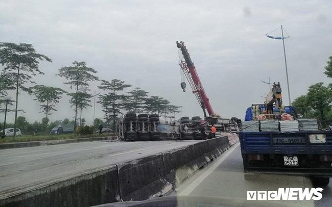 Xe tải lật chắn ngang đường 3 tiếng đồng hồ, đường lên sân bay Nội Bài ùn ứ