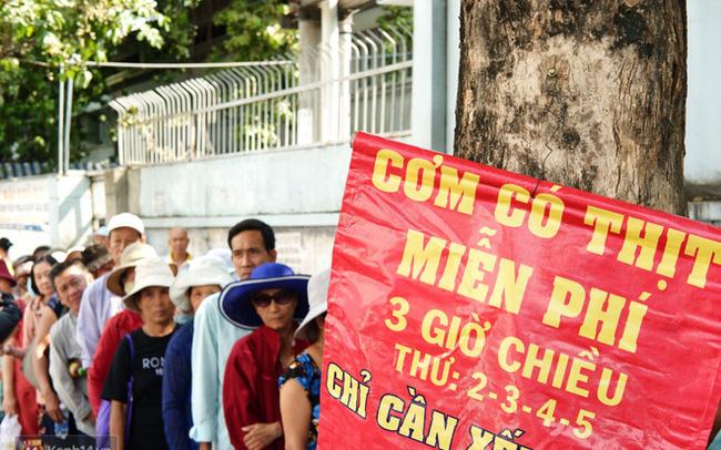"""Phía sau cảnh """"xếp dép giữ chỗ"""" trước BV Ung Bướu Sài Gòn: Gã giang hồ hoàn lương, 6 năm phát cơm miễn phí cho người nghèo"""