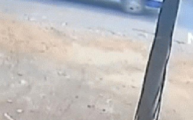 """Kinh hoàng lại thêm một vụ xe đưa đón bật tung cửa, khiến hai học sinh bị ngã văng """"mài lưng"""" xuống đường"""