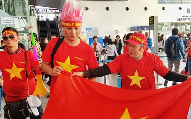 Hàng trăm cổ động viên nhuộm đỏ sân bay Nội Bài cổ vũ đội tuyển U22 Việt Nam
