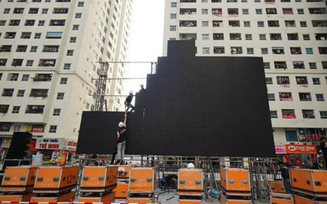 """Hà Nội: Nhiều màn hình LED """"siêu to khổng lồ"""" được dựng lên, sẵn sàng đón chờ màn tranh đấu kịch tính giữa Việt Nam và Indonesia"""