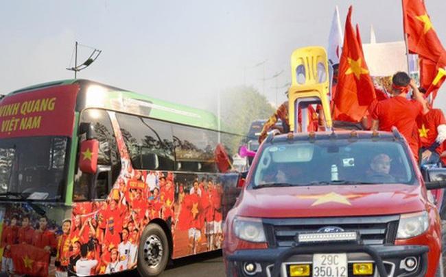 CĐV đổ dồn đi đón đoàn thể thao Việt Nam tham sự SEA Games trở về, đường vào sân bay Nội Bài ùn tắc