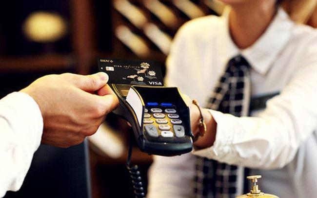 Tấp nập chuyển đổi thẻ từ sang thẻ chip