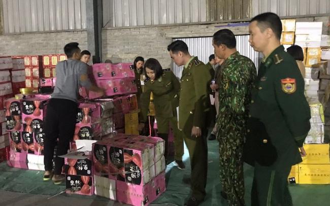 Thu giữ hơn 1 tấn bánh kẹo phục vụ Tết không rõ nguồn gốc trong kho chứa hàng tại Lào Cai