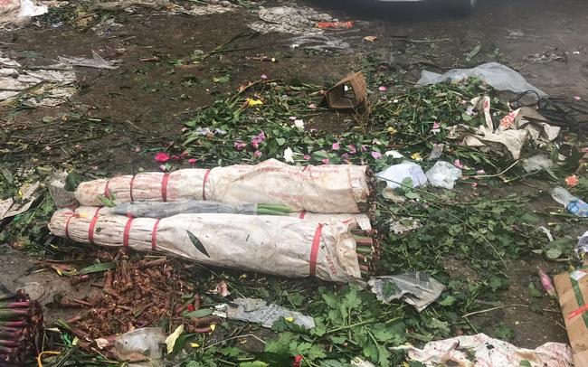Chiều 30 Tết: Đào đại hạ giá 50.000 đồng/cành vẫn vắng bóng người mua, tiểu thương ngậm ngùi vứt lên xe rác
