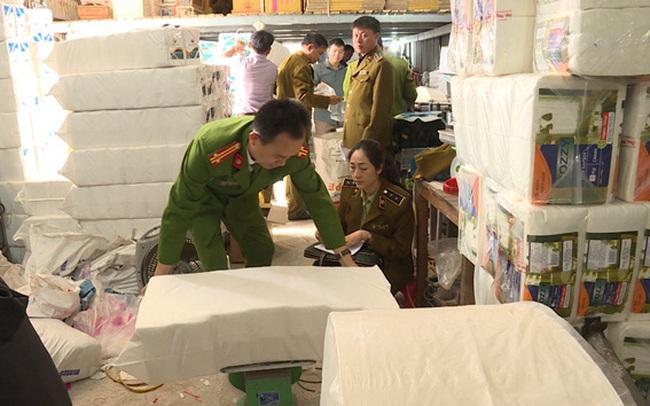 Phát hiện xưởng sản xuất giấy ăn nghi giả nhãn hiệu Việt Nam Airline