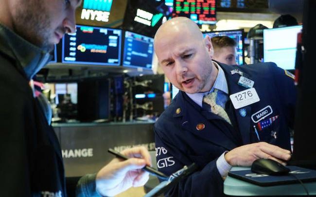 Phố Wall khởi sắc sau cú rớt điểm ngay khi bắt đầu phiên, Dow Jones tăng gần 200 điểm, Amazon giúp S&P 500 và Nasdaq lập đỉnh