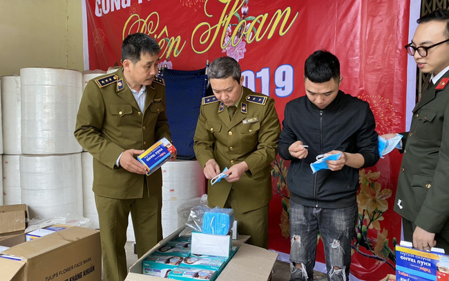 Nóng: Phát hiện cơ sở sản xuất khẩu trang kháng khuẩn bằng… giấy vệ sinh