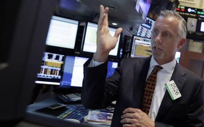 Phố Wall bất ngờ lao dốc không rõ nguyên nhân, Dow Jones có lúc rớt gần 400 điểm
