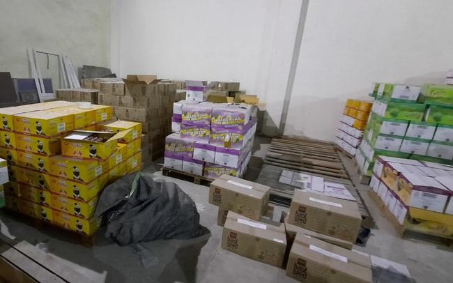"""Phát hiện gần 70.000 chai nước giải khát hết hạn được """"phù phép"""" thành sản phẩm mới tại Hà Nội"""