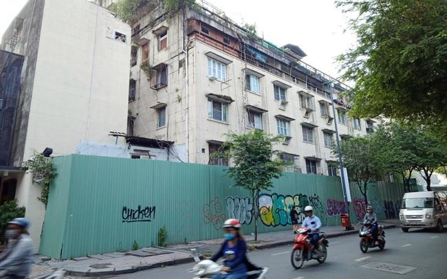 Đang tiến hành tháo dỡ chung cư cũ sắp sập ở Q.1, Tp.HCM