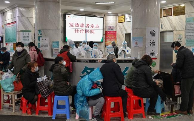 Bệnh viện ở Vũ Hán quá tải, người dân xếp hàng 7 tiếng đồng hồ dù đang sốt cao
