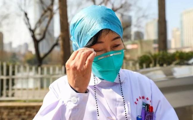 """Nữ bác sĩ đầu tiên phát hiện ra virus corona, từng tham gia chiến đấu chống lại SARS giờ trở thành anh hùng của người dân Trung Quốc: """"Tôi khóc cạn nước mắt của cả đời rồi"""""""